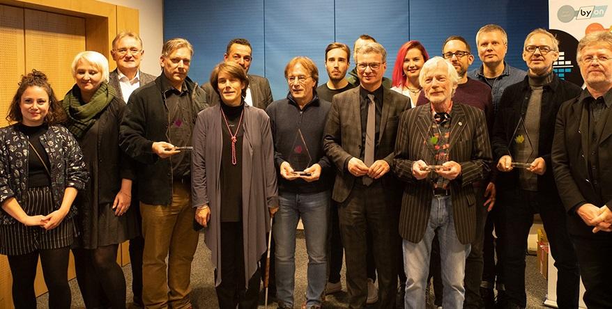 Staatsminister für Wissenschaft und Kunst Bernd Sibler (7.v.r.) überreichte den Preisträgerinnen und Preisträgern ihre Auszeichnungen gemeinsam mit Stephan Rusch (München Ticket, 6.v.l.), MdL Berthold Rüth (3.v.l.), und Bernd Schweinar (VPBy, 1.v.r.)