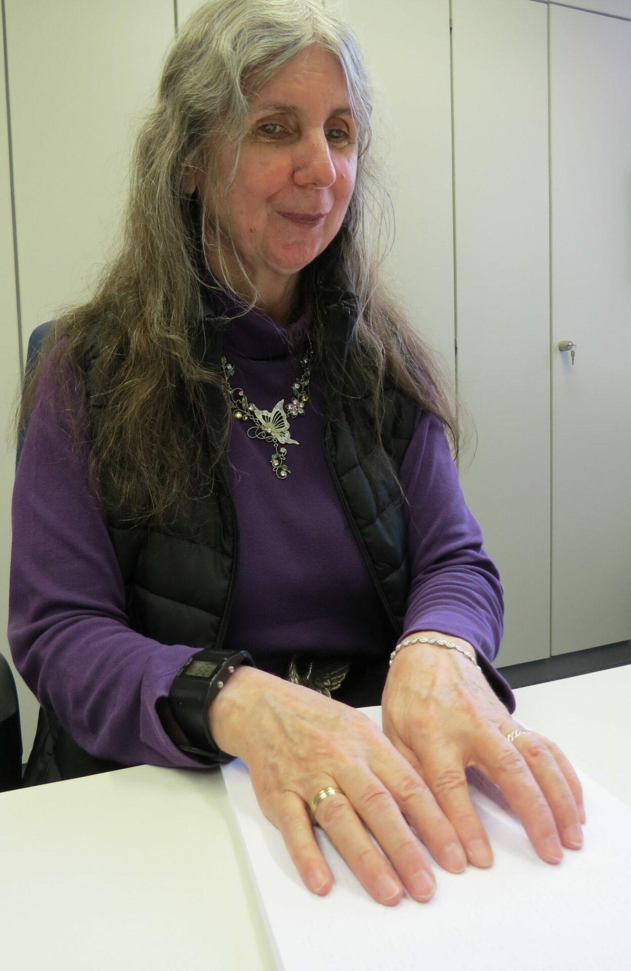 Heidi Böhm liest Braille