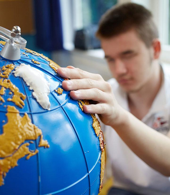 Jugendlicher am Globus