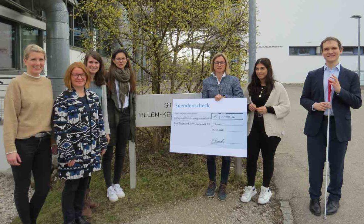 Realschulrektorin Ute Kauschka (dritte von links) übergibt den Scheck in Höhe von 1.190,56 € an BBSB-Landesgeschäftsführer Steffen Erzgraber zusammen mit vier Lehrerinnen der Helen-Keller-Realschule und deren Schulsprecherin.