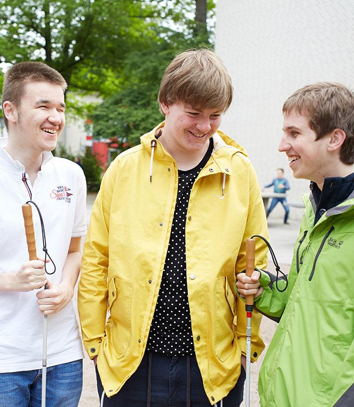Jugendliche auf einem Hof