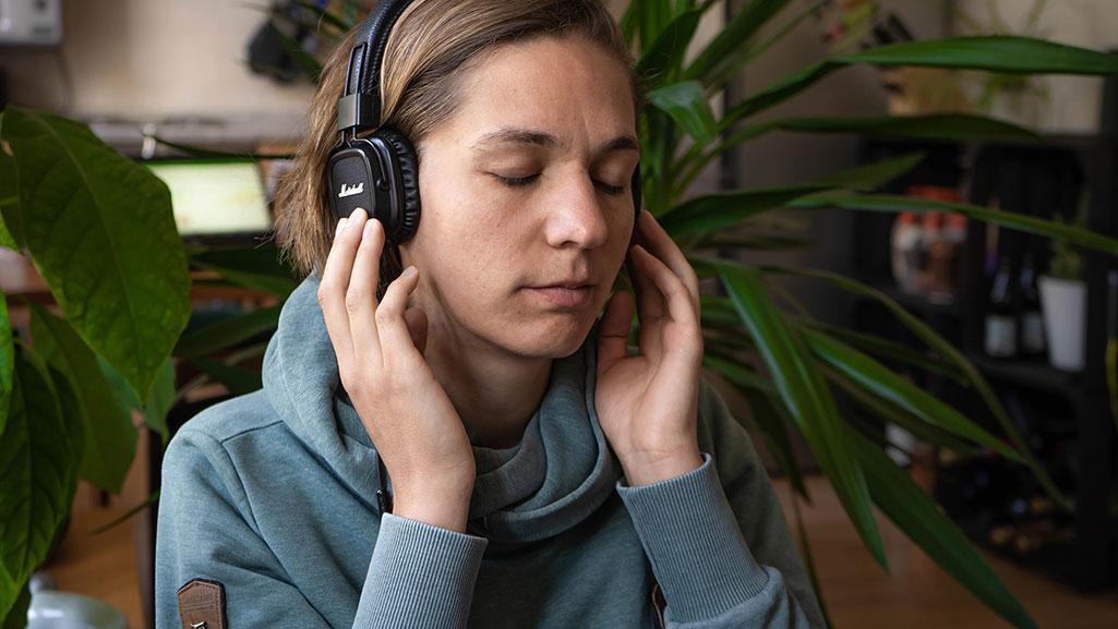 Junge Frau mit Kopfhörern