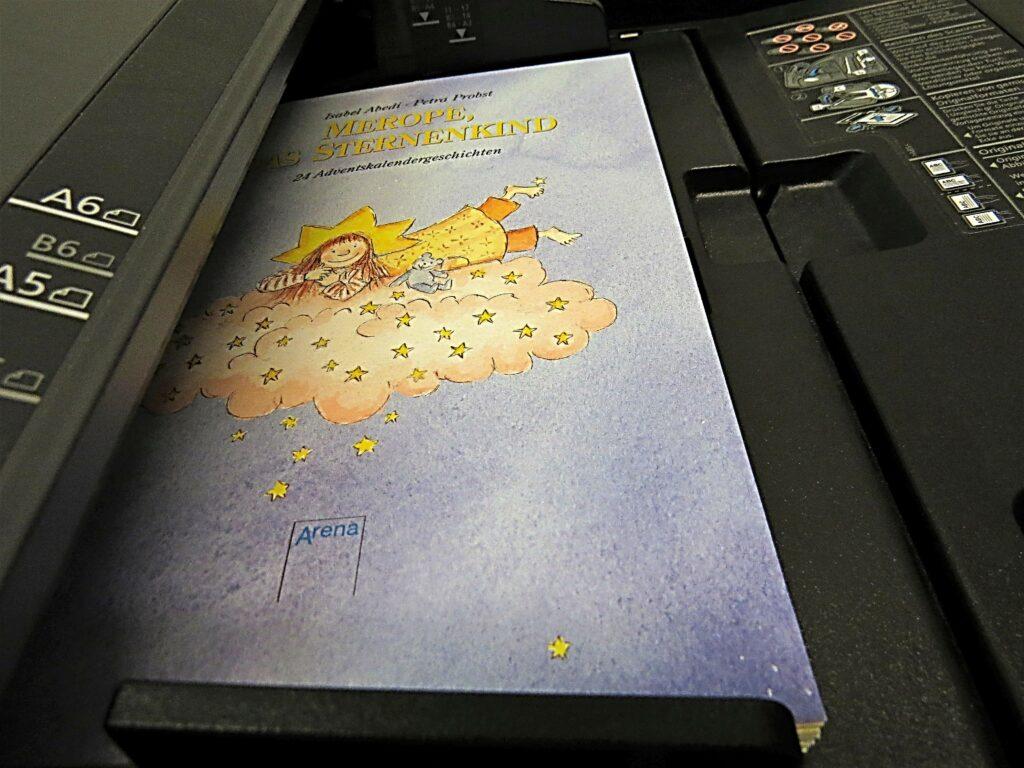 Der Buchblock Merope, das Sternenkind liegt im Scanner